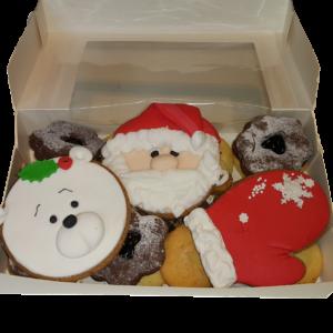 Коледна кутия с 3 бр. украсени коледни меденки и 300 гр. сладки