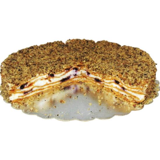 Медена торта - тънки медени платки, прясно изпечени и внимателно подредени сред нежен крем от заквасена сметана и слой ароматни боровинки.
